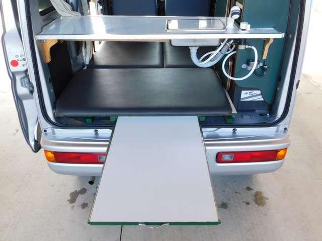 床下に引き出し式テーブル内蔵!アウトドアで便利!