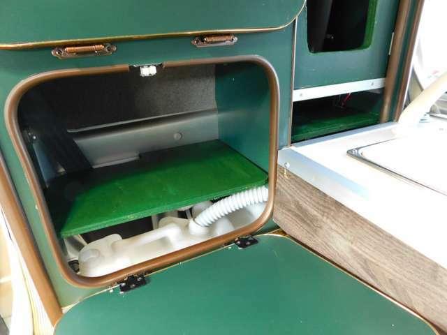 サブバッテリー 走行充電 ソーラー充電ルーフキャリアにソーラーパネルとサイドオーニングが取り付けてあります。