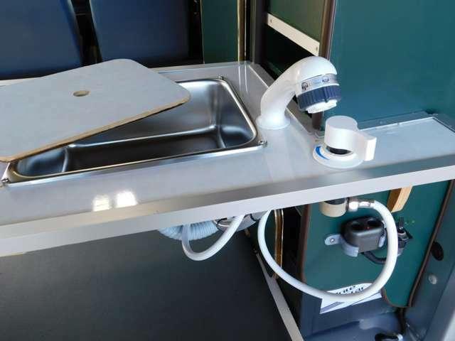 シンク設備とカウンターを追加 シャワーヘッド引き出し式で車外での使用も可能!