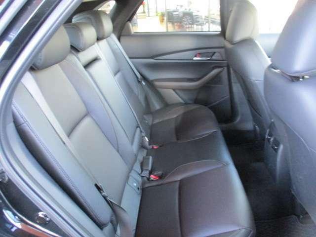 リア席は前に倒すことでラゲージスペースを広く確保できます。