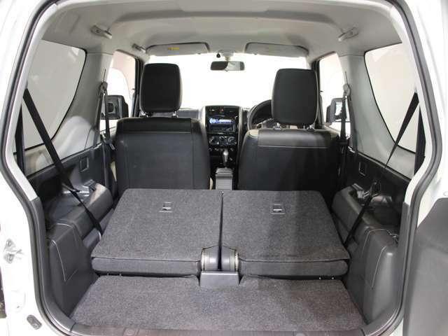 リヤシートを前倒しすると更なるスペースを確保できます!