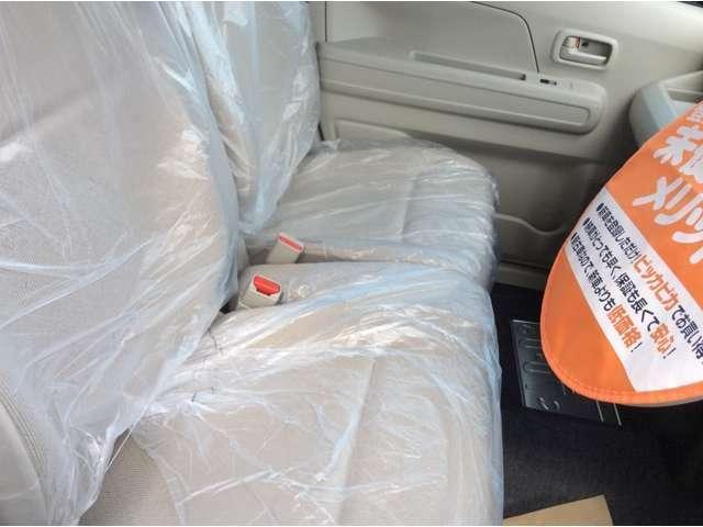ベンチシートです。運転席・助手席の行き来もしやすく、駐車時に役立ちます!また、開放感もいいですね。一度体感されるとクセになりますよ!