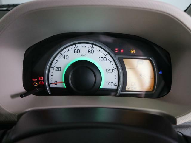 燃費状況に応じてメーターの色が変化しお知らせいたします。