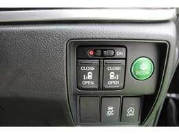 両側パワースライドドア付で、挟み込み防止機能によりお子様の乗り降りも安心!車内・車外のドアハンドルからはもちろんのこと運転席スイッチやリモコンキーからも開閉操作が可能で大変便利な装備となっております!