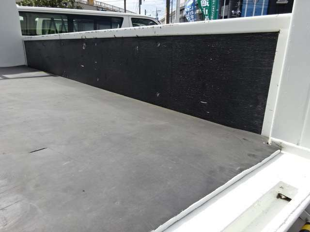 傷みが少ない木製床です! 木製床の上にゴムマット敷き 荷台寸法 L:340 W:209 ゲート幅:207 奥行:82