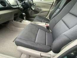 運転席同様に広々としているシートです♪背中を包み込むような大きくカーブした座席になっており、ゆったりと乗車する事が出来ます♪外から見るよりも広々とした快適な車内になっています♪