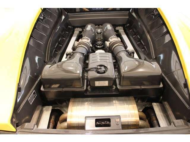 V8エンジンルーム