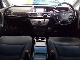 見晴らしのいい高めの位置にセットされたドライバーズシートから前後左右に大きく広がる視界は、ビッグキャビンを自在に操ることができる「運転のしやすさ感」を高め、さらにハンドルとATレバーの位置関係を最適化。
