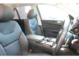 前席はブラックレザーシートを装備!3セットまで記録できるメモリー機能付きパワーシート、3段階の温かさが選べるシートヒーター、ランバーサポートを装備した多機能設計により、快適なドライブをサポートします!