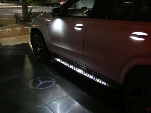 左右のドアミラーには暗い場所で足元を照らすスリーポインテッドスターのカーテシランプを装備しています。ランニングボードやドアハンドルも照明付です。