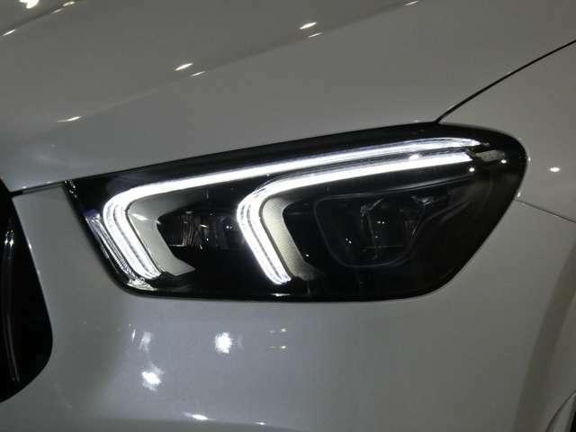 他車を眩惑せずに最大限の視界を確保するアダプティブハイビームアシスト・プラスを搭載しています。スモールランプ点灯時です。