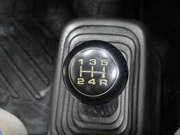 突然の路面変化にも安心のリアルタイム4WD。通常はほぼ2WD(後輪駆動)状態で走行。ぬかるみや雪道など滑りやすい路面になると自動的に4WDに切り換わり力強く走ります。