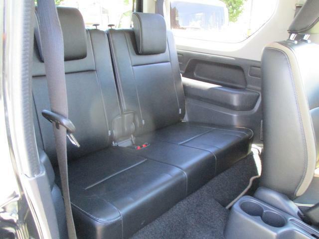 リヤシートもしっかりとした固めのシートです。