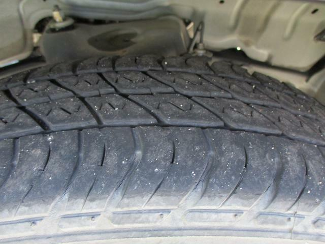 タイヤ溝フロント/リヤ共に3mmございます。