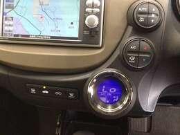 【オートエアコン】が装備されいます。好みの温度に設定するだけで、エアコンの風量やモード切替を自動でコントロールしてくれます。操作が少ないので、燃費が良くなり運転に集中出来る為安全運転にもなります。