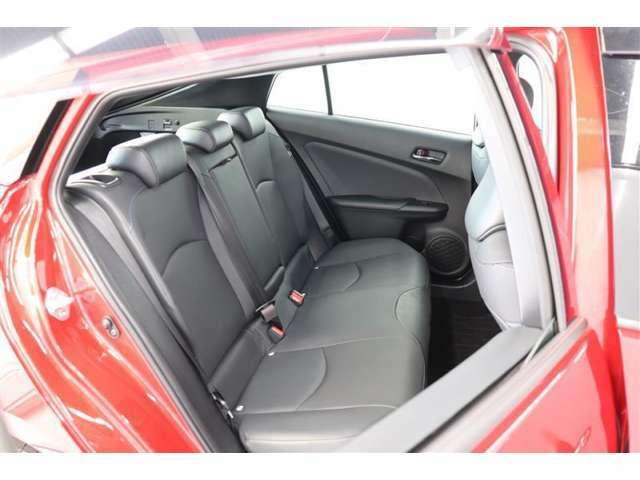 天井形状を工夫することでリヤもフロントと同等ほどの頭上空間を確保。またリヤシートのクッション性の向上や接触面積を広げることで、フロントシート同様に快適な座り心地を実現♪
