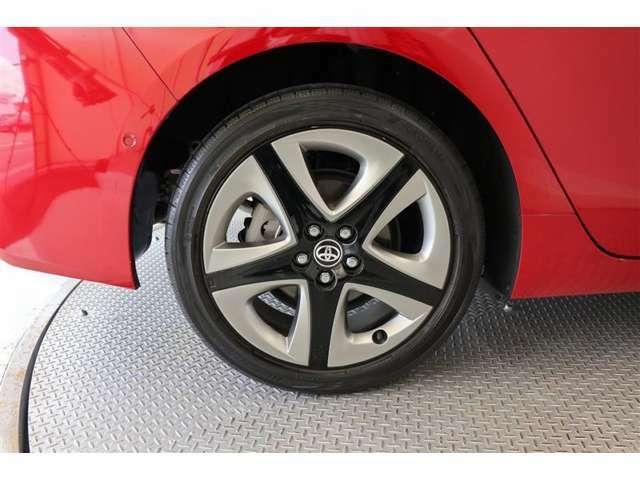 純正アルミホイール【タイヤサイズ215/45R17】見た目のかっこよさなどから選ばれるアルミホイール◎車体の雰囲気と合っているのは純正品ならではですね!