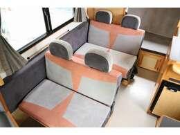 2対2の対面シートはシートアレンジでテーブルを囲んでお食事も楽しめます☆