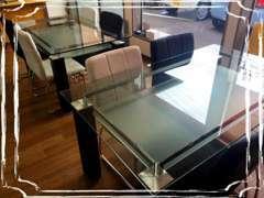 商談スペースは新車店のように綺麗にしております。ゆったりとしたテーブルで、お茶でもいかがですか♪