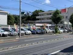 鎌倉街道沿い、ローソンが向かいにあります。本当に良質で安価なクルマを厳選して販売しております