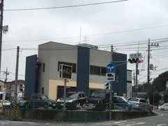 岩崎橋交差点に当店はあります!港北インター方面からお越しの際は時間帯によって右折出来ないのでご注意ください!白バイ注意!