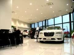広いショールームでは多数の展示車でお客様を出迎え致します。ジープ正規販売15年の実績!ノウハウには自信あります!