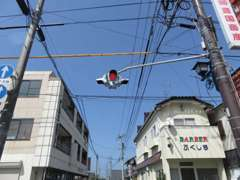 中津駅北口をまっすぐ進んで頂きましたら一つ目の点滅信号がありますので、更に直進してください。