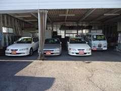 屋根付き車庫には、掘り出し物、希少車が多少展示しております。