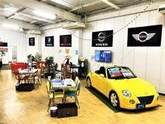 屋内展示場商談ブースは展示車両を見ながらお話しできます♪
