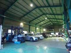 お客様を車検などで長らくお待たせすることがないよう、工場は広く設け各項目が効率よく作業が行える環境を整えております。
