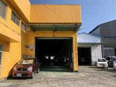 当社は四国運輸局指定工場です。熟練のスタッフが徹底的に修理・整備し、安心して乗っていただける状態でお渡し致します。