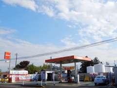 お車の件は、展示場の向かいにあるENEOSのガソリンスタンドの従業員にお声がけください。親切丁寧な説明させて頂きます☆