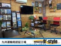 明るい店内には各メーカーのカタログも取り揃えております。