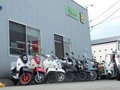 工場入り口にはバイク・車を展示しております!気になる車両が御座いましたらその場でご相談ください!