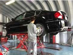 自社工場ピット2基完備!作業スペースもゆったりでお客様のお車をバッチリ整備致します!