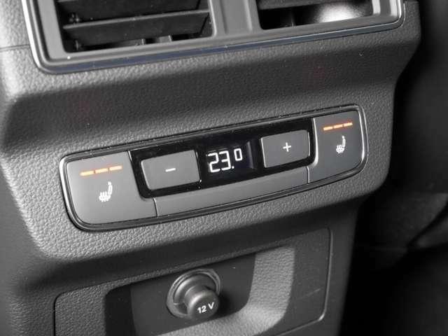後席用エアコン吹き出し口&シートヒータースイッチです。