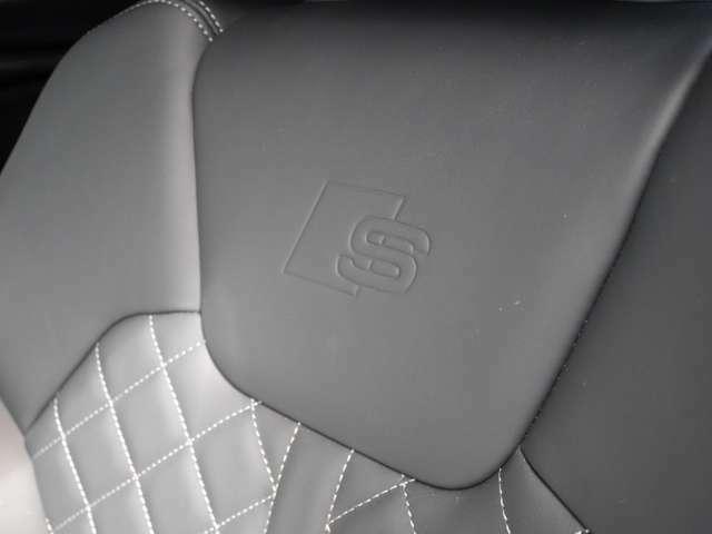 シートには「S」字のステッチがございます。