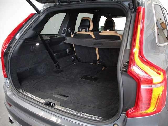 サードシートを格納すると、ボルボの中でもトップレベルのラゲッジに広がります 室内高のあるSUVのため、エステートモデルより高さに余裕があります