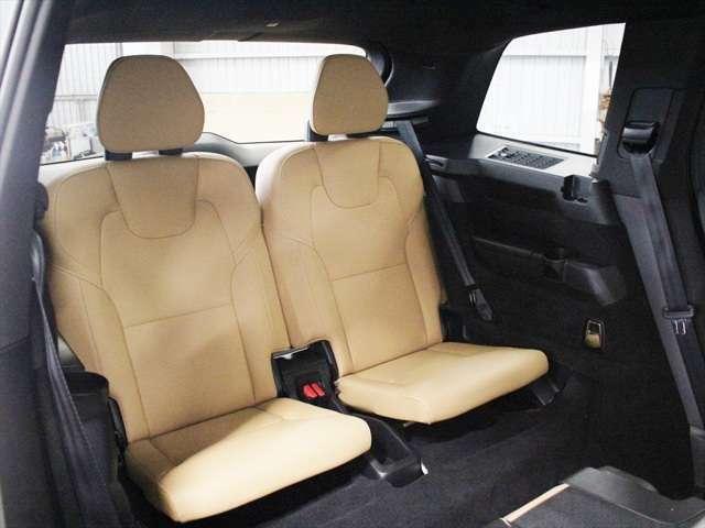 サードシートは折りたたみ式のため、不要な際は床下に格納できます またシート後ろに大きなクラッシャブルゾーンが確保されているため、追突時の安全性はトップレベルです
