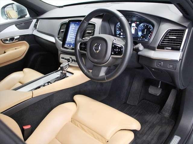 適度な包まれ感がありながらも見晴らしの良いインテリア 大型センターディスプレイは運転席側に向けられており、操作感や視認性も良好です