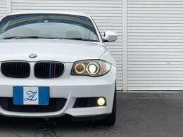 ★BMWらしいフロントフェイス!BMWの象徴であるキドニーグリルにはMカラーのグリルカバーが装備!エンジェルアイやフォグをLEDに変更すれば、夜間の安全性だけではなくデザインの向上にもなりますね!★