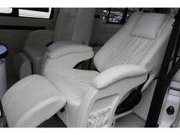 プレミアムキャプテンシートは、スライドはもちろん、回転、リクライニング機能も備えております!