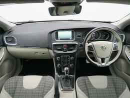 2017年モデル『V40T4モメンタム』が入庫しました!外装色はお洒落なクリスタルホワイトパール♪内装はシティーウィーブシート仕様です♪オプションのフロントセンサーを装備!ぜひ現車をご覧下さいませ♪