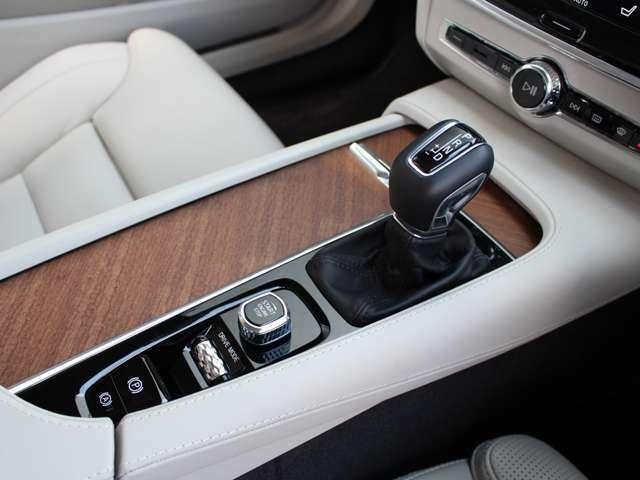 スポーツモード、マニュアルモードが備わる8速ATで省燃費にもダイナミックな走りにも対応しています。