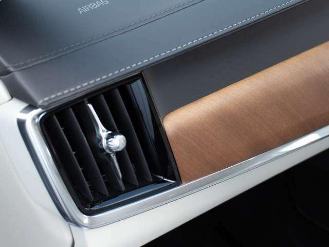 ウッドパネル、メタル、ステッチ加工を施したダッシュパネル等、素材の良さを活かしたインテリアが乗る人を魅了します。
