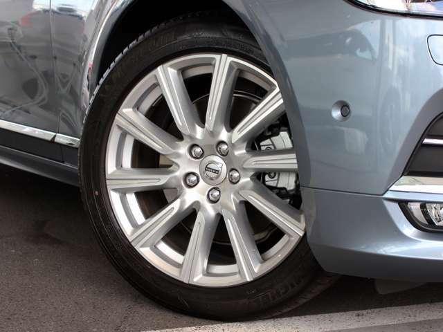 ダイヤモンドカットを施した19インチホイールを採用。ボルボ専用にチューニングした承認タイヤを履かせています。