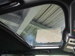【ガラスルーフ】屋根の一部がガラスになっている装備です。開放感があり、長距離の運転でも気分よく過ごせますね♪