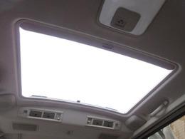 Qエクセレントセレクションにはツインムーンルーフが標準装備されております♪後席部分は電動で開閉可能です♪開口が大きいので開放感も高いです♪車内から空の景色をお楽しみ頂けます♪