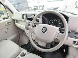 内装の画像です。各種スイッチやシフトレバーは、運転席から操作しやすい配置となっております。