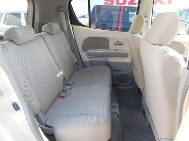 後部座席は大人が二人座ってもゆったりとできるスペースがございます。使用感も前席と比べて少なく、比較的綺麗な状態を保っております